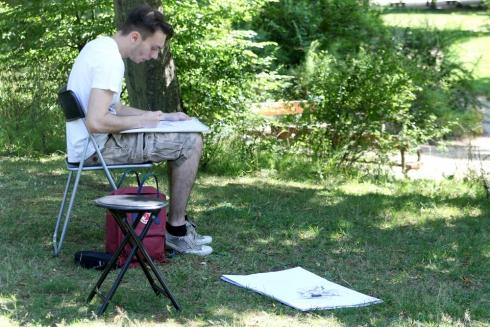Marius konzentriert beim Zeichnen.