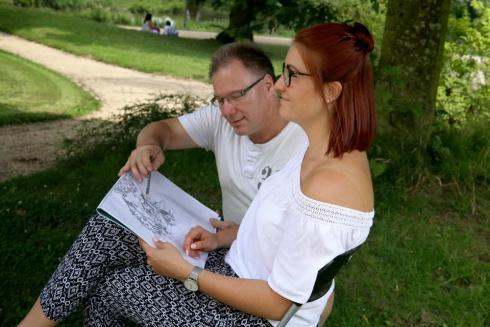 Erik Dachselt erklärt Larissa die Besonderheiten des Zeichnens von Architektur zusammen mit Vegetation.